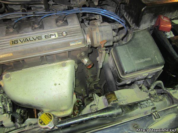 Подключаем тройник из комплекта 2000, для этого снимаем шланг от радиатора к двигателю