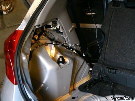 снимаем обшивку в багажнике с левой стороны Toyota yaris