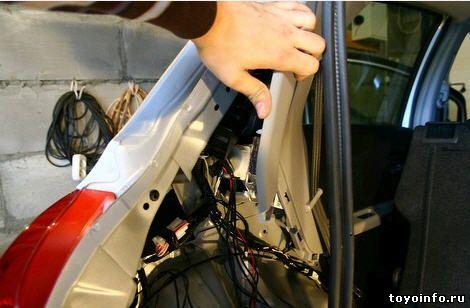 Для установки блока партроника, достаточно отогнуть обшивку Toyota yaris