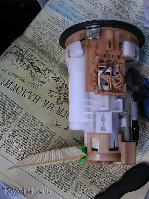 разбираем топливный фильтр Тойота Витц